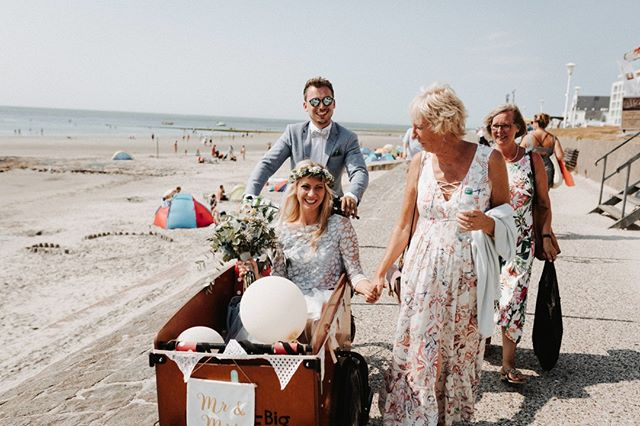 Eva und Justus #norderney #norderneymeineinsel  #norderneyliebe #liebe #insel #hochzeit #inselhochzeit # badekarre #  #brautkleid #brautfrisur #brautstrauß #braut #strand #strandhochzeit #ney #heiratenamstrand #standesamt #dünen # meer #meerliebe #vintagewedding  #vintage #haarkranz #blumenkranz