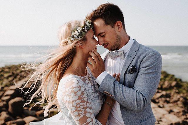 Eva und Justus. #norderney #fotograf #hochzeitsfotograf #wedding #vintage #strand #badekarren #meer #paar #braut #brautstrauss #inselhochzeit #traumpaar #haarkranz #blumen #fliege #anzug